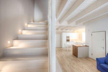 Casa in legno Villa Conti: Ingresso & Corridoio in stile  di Progettolegno srl