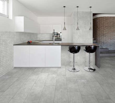 Feinsteinzeugfliesen in der Küche: industriale Küche von Fliesen Sale