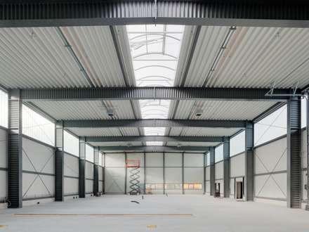 Garajes y galpones de estilo industrial por pauly + fichter planungsgesellschaft mbH