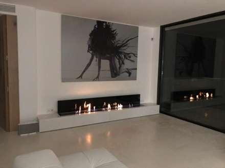 Private residence in Ibiza, Spain : Salas de estar ecléticas por GlammFire