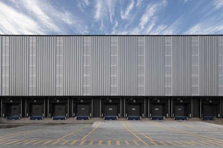 Centro logístico Kaufmann Altos de Lampa: Centros de exhibiciones de estilo  por Bschneider Arquitectos e Ingenieros