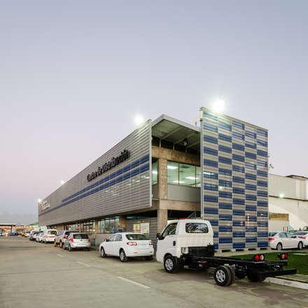 Stands de automóveis  por Bschneider Arquitectos e Ingenieros