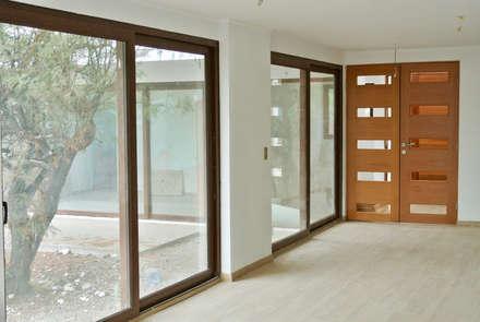 Casa La Reserva: Casas de estilo minimalista por AtelierStudio