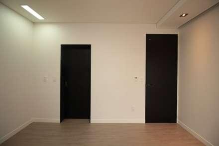 양산 물금 증산리 물금택지지구(A3-539-6) 단독주택: 피앤이(P&E)건축사사무소의  방