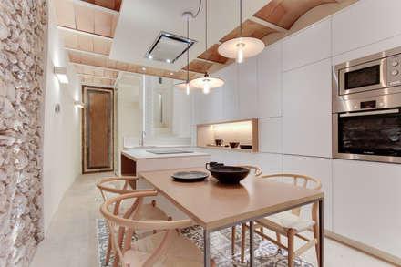 CASA SANT JOSEP: Cocinas de estilo mediterráneo de Lara Pujol  |  Interiorismo & Proyectos de diseño
