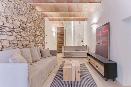 CASA SANT JOSEP: Salones de estilo mediterráneo de Lara Pujol  |  Interiorismo & Proyectos de diseño