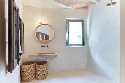CASA SANT JOSEP: Baños de estilo mediterráneo de Lara Pujol     Interiorismo & Proyectos de diseño