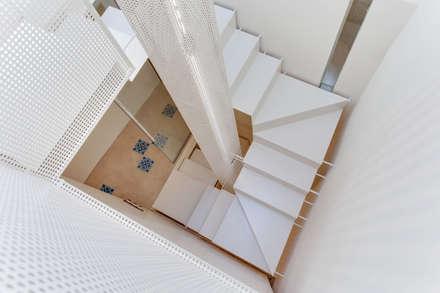 Corridor & hallway by Lara Pujol  |  Interiorismo & Proyectos de diseño