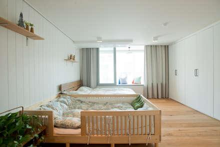 더불어 살아가는 집_서래마을 빌라 인테리어: (주)바오미다의  침실