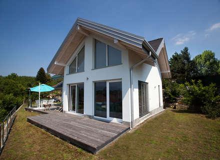 Casa in legno a Montonate, Varese.Terrazza esterna.: Casa di legno in stile  di Novello Case in Legno