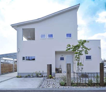 Casas unifamilares de estilo  de タイコーアーキテクト