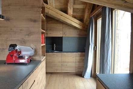 Chalet privato - Silvaplana: Cucina in stile in stile Scandinavo di Andrea Rossini Architetto