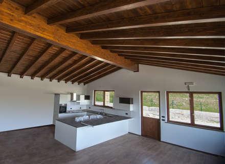 Casa in legno a Gignese (VCO), Interni: Casa di legno in stile  di Novello Case in Legno
