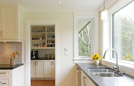 Credit River Valley House - Kitchen: country Kitchen by Solares Architecture