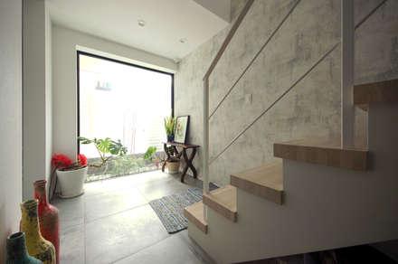 坪庭のシンボルツリー: TERAJIMA ARCHITECTSが手掛けた廊下 & 玄関です。