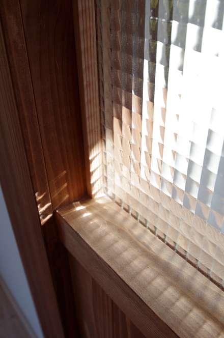 Ventanas de madera de estilo  por K+Yアトリエ一級建築士事務所