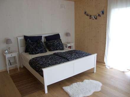 Haus am See: landhausstil Schlafzimmer von PassivHausPartschefeld