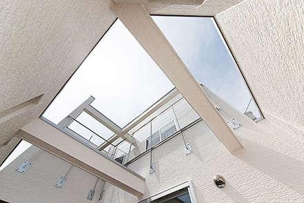 中庭テラス: コンフォート建築設計工房が手掛けたサンルームです。