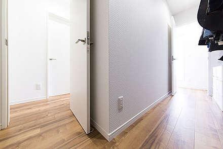廊下の入り口2つから入れる特大クローゼット: コンフォート建築設計工房が手掛けたウォークインクローゼットです。