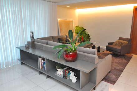 Integração Sala de Estar / Jantar: Salas de estar modernas por Gislene Soeiro Arquitetura e Interiores