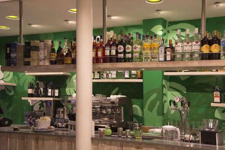 Sala bar: Bar & Club in stile  di Interno5