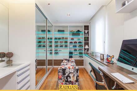 modern Dressing room by Raduan Arquitetura e Interiores