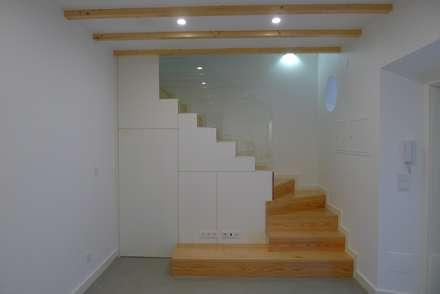 Moradia - Centro Histórico - Arqtª Neide Monteiro: Escadas  por Amadeu Simão Monteiro