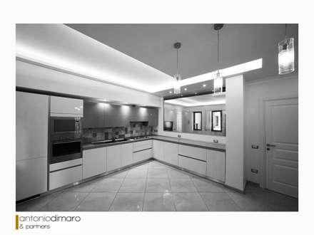 Cucina: Cucina attrezzata in stile  di antoniodimaro&partners