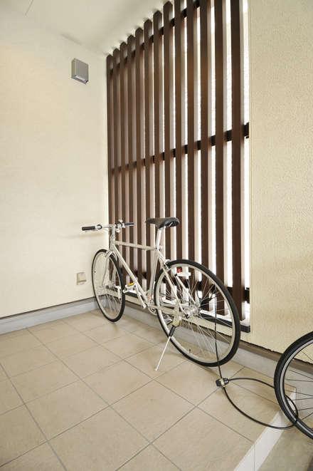 Garage prefabbricato in stile  di タイコーアーキテクト