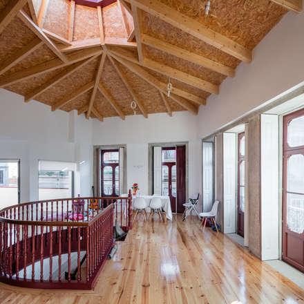 Estrutura de madeira: Salas de jantar clássicas por NVE engenharias, S.A.