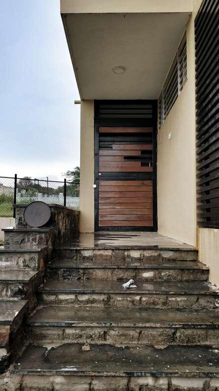 Farmhouse at Igatpuri:  Wooden doors by Rawat Design Studio