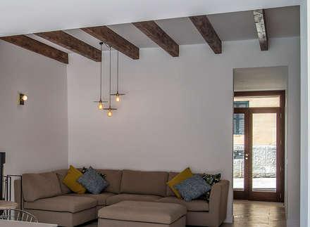 Salon: Salones de estilo industrial de Bornelo Interior Design