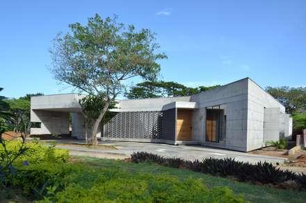 Casa C-17: Casas unifamiliares de estilo  por XXStudio