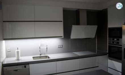 ILUMINACION LED: Módulos de cocina de estilo  de Almacén de Carpintería Gómez