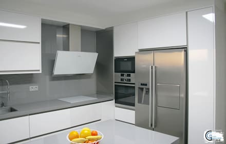 COCINA FORMICA AR+ BLANCO / DEKTON BLAZE: Cocinas integrales de estilo  de Almacén de Carpintería Gómez