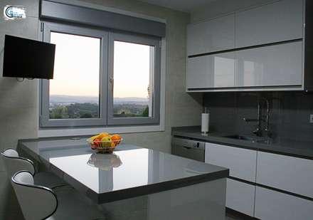 Cocina con vistas: Cocinas integrales de estilo  de Almacén de Carpintería Gómez