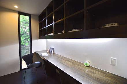 書斎スぺース: 有限会社 秀林組が手掛けた書斎です。