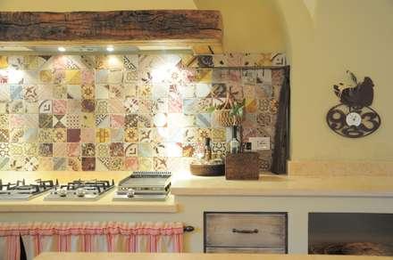 Un casale nella campagna piemontese: Cucina in stile in stile Rustico di architetto letizia masciotta