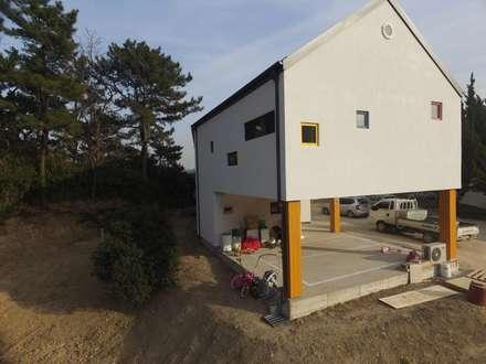 드론촬영: 디자인K하우징의  목조 주택
