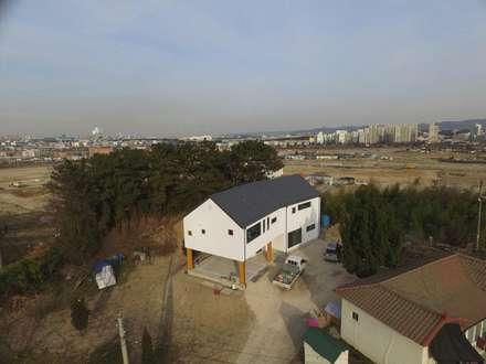 전원주택: 디자인K하우징의  목조 주택