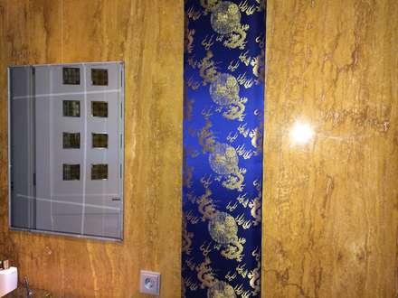 Wandbespannung aus Chinesischem Brokat in einem Bad aus Marmor: asiatische Badezimmer von Ihr Einrichter Deco und Interieur Ralf Leuter