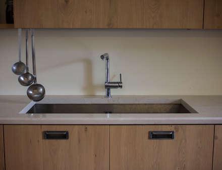 Lavello in acciaio sottopiano di Pietra della Lessinia Bianca: Cucina attrezzata in stile  di Quintarelli Pietre e Marmi Srl