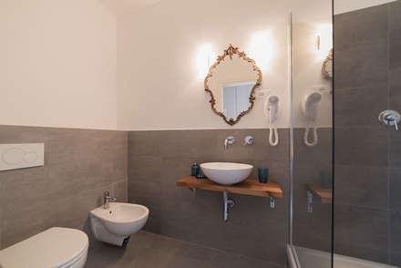 casa vacanze a Roma: Bagno in stile in stile Eclettico di cristina bisà