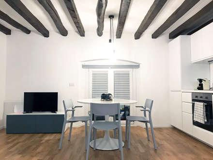 "I love ""vecchia Milano"": Sala da pranzo in stile in stile Minimalista di studio ferlazzo natoli"