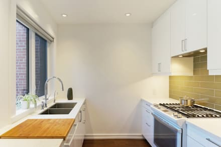 Oakwood Village House - Kitchen:  Built-in kitchens by Solares Architecture