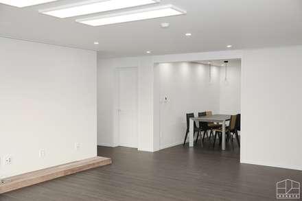 모던 빈티지 스타일의 따뜻한 집, 방배동 신호 나이스 38평: 홍예디자인의  다이닝 룸