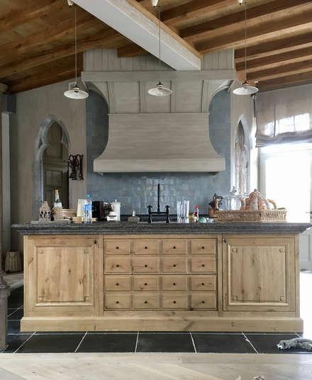 Küche Aus Eiche Mit Großer Esse Und Blausteinplatte: Einbauküche Von Charme  De Provence