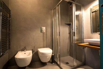 Bagno in resina: Bagno in stile in stile Scandinavo di Due Punto Zero