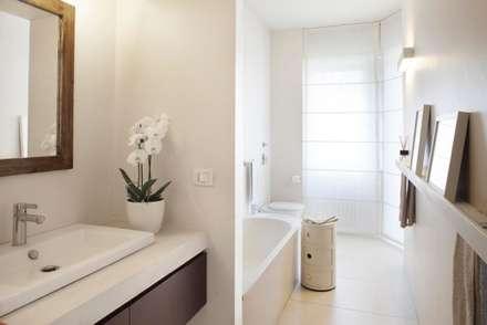 bagno: Bagno in stile in stile Minimalista di Costa Zanibelli associati