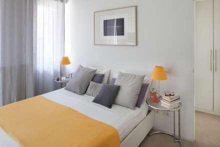 camera da letto: Camera da letto in stile in stile Minimalista di Costa Zanibelli associati